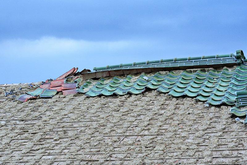 自然災害で大きく損傷した屋根